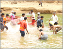 Udupi: Locals collectively fish at Varvadikere, much-anticipated annual event