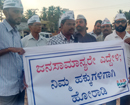 Mangaluru: AAP holds sit-in at Nantoor R/A, highlighting perilous highway crossing