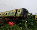 Engine, seven coaches of Duronto Express derails near Mumbai
