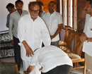 Mangaluru: Congress candidate J R Lobo seeks blessings from veteran Janardhan Poojary