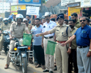 Bantwal: Mobile traffic police launch Road Safety Week; present roses to motorists